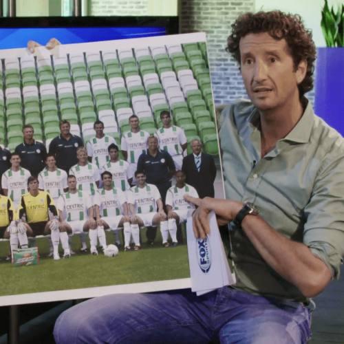 Presentator met elftalfoto FC Groningen