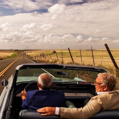 presentatoren in een cabrio