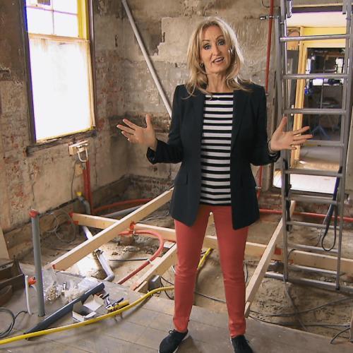 Natasja Froger in een bouwval