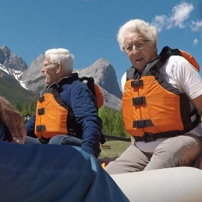 twee bejaarden aan het raften