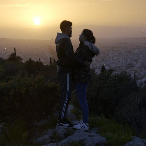 verliefd stel bij zonsondergang