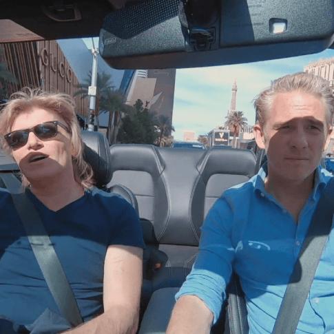 Art met Hans klok in een cabrio door Las Vegas