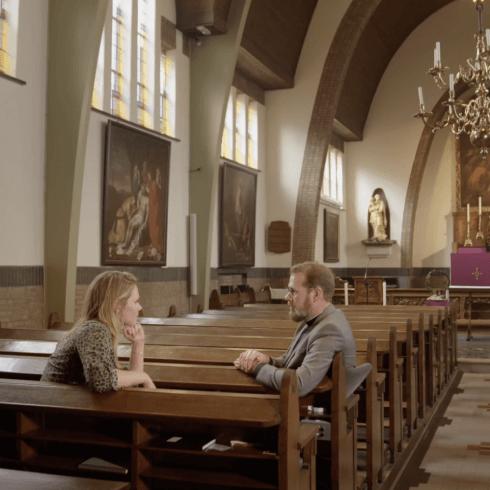 marleen in gesprek met een predikant